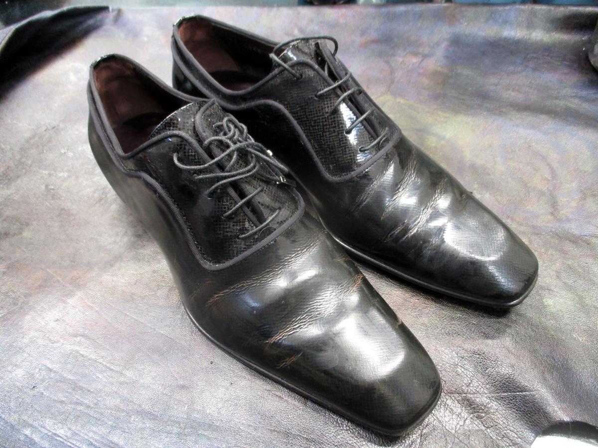 エナメルの靴 前